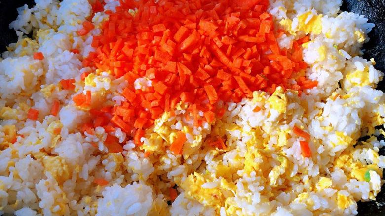 午餐肉饭团,米饭和鸡蛋炒匀放入胡萝卜