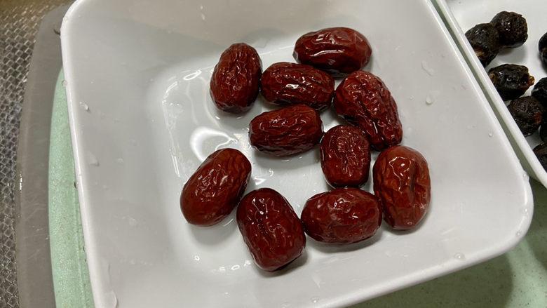 银耳小米粥➕红枣银耳小米粥,红枣清洗备用