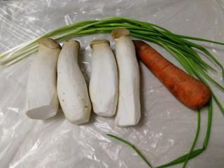 胡萝卜炒杏鲍菇,主料:杏鲍菇,胡萝卜,蒜苗一绺。