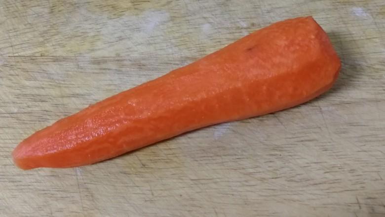 胡萝卜炒杏鲍菇,胡萝卜去皮,洗干净。