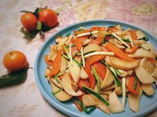 胡萝卜炒杏鲍菇,鲜嫩可口的快手家常小炒。