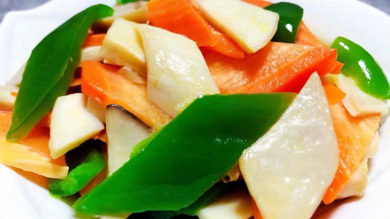 胡萝卜炒杏鲍菇,鲜美可口的胡萝卜青椒炒杏鲍菇装入盘中就大功告成了
