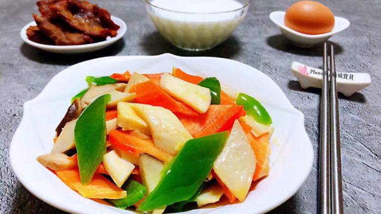 胡萝卜炒杏鲍菇,牛奶、鸡蛋、牛肉也是每天必不可少的营养哦
