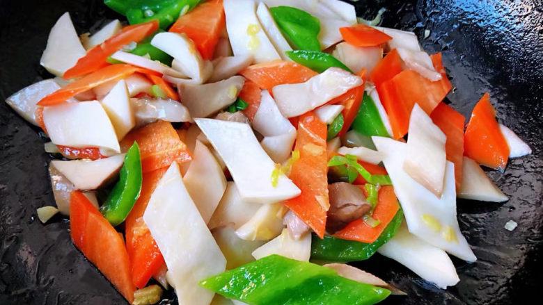 胡萝卜炒杏鲍菇,炒至青椒胡萝卜杏鲍菇完全入味即可出锅享用