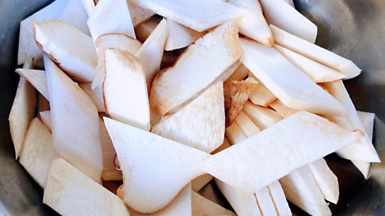 胡萝卜炒杏鲍菇,杏鲍菇斜刀切成大小均匀的片状