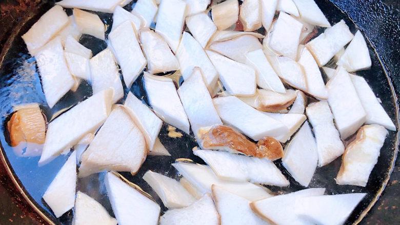 胡萝卜炒杏鲍菇,锅中烧开水放入杏鲍菇焯水断生