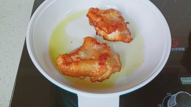 蜜汁烤鸡腿,煎到鸡皮微微黄翻面煎。