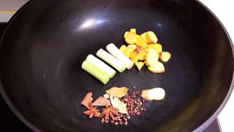 卤鸭头,炒锅放热,加入葱姜和所有干调,炒出香味