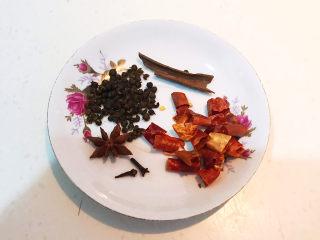 卤鸭头,准备干调:八角,花椒粒,桂皮,干红辣椒段