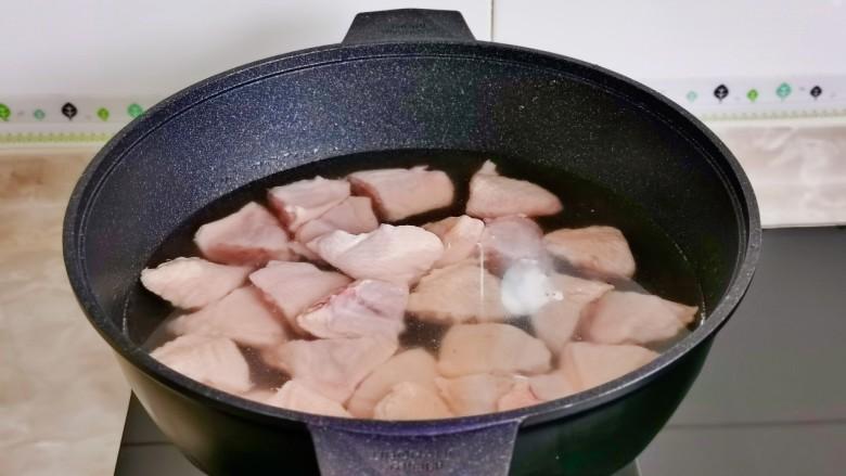 土豆炖鸡翅,鸡翅块冷水大火烧开。