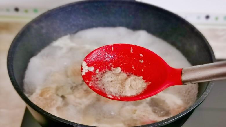 土豆炖鸡翅,撇出血沫,煮4分钟捞出。