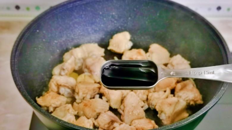 土豆炖鸡翅,加入<a style='color:red;display:inline-block;' href='/shicai/ 31426'>红烧酱油</a>。