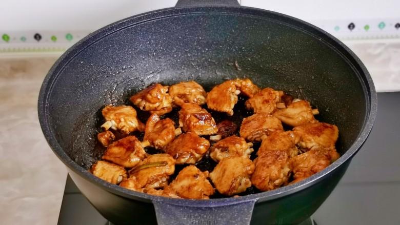 土豆炖鸡翅,小火翻炒,每块鸡翅均匀裹上酱汁。