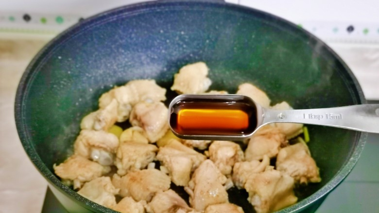 土豆炖鸡翅,加入<a style='color:red;display:inline-block;' href='/shicai/ 718'>料酒</a>。