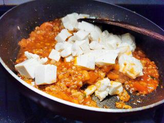 西红柿炒豆腐,下豆腐丁翻炒均匀