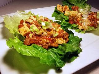 西红柿炒豆腐,豆腐西红柿炒好后就可以吃,再来片春菜更棒