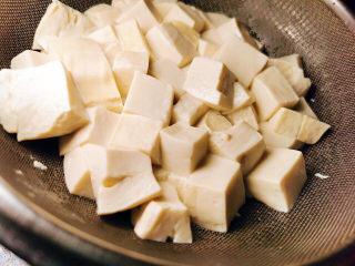 西红柿炒豆腐,取出沥干水分