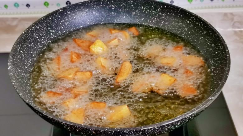 土豆炖鸡翅,中火炸至金黄捞出。