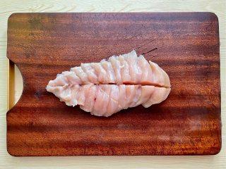 蒜蓉蒸鸡胸肉,肉质滑嫩不柴,鲜美不油腻,鸡胸肉洗净,斜刀切片,中间再来一刀一分为二。