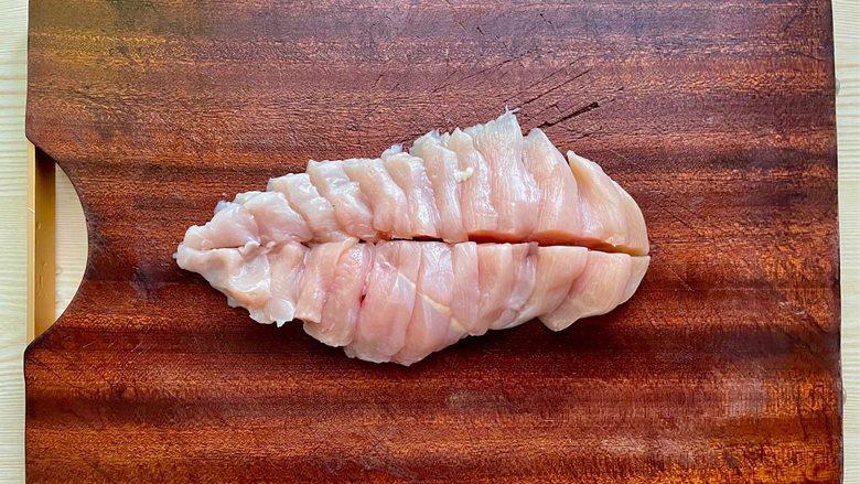 蒜蓉蒸鸡胸肉,肉质滑嫩不柴,鲜美不油腻,<a style='color:red;display:inline-block;' href='/shicai/ 101'>鸡胸肉</a>洗净,斜刀切片,中间再来一刀一分为二。
