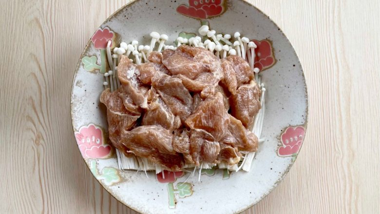 蒜蓉蒸鸡胸肉,肉质滑嫩不柴,鲜美不油腻,金针菇上铺上腌好的鸡胸肉;