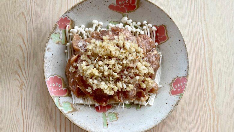 蒜蓉蒸鸡胸肉,肉质滑嫩不柴,鲜美不油腻,再铺上炒好的蒜蓉;