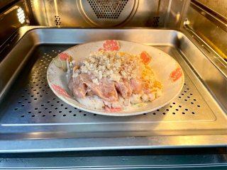 蒜蓉蒸鸡胸肉,肉质滑嫩不柴,鲜美不油腻,放入蒸箱或蒸锅,大火蒸12分钟;
