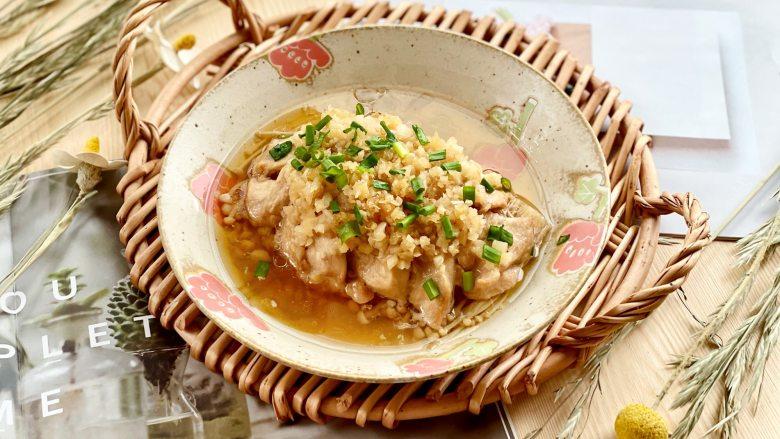 蒜蓉蒸鸡胸肉,肉质滑嫩不柴,鲜美不油腻,蒸好后,撒上葱花即可。