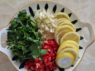 柠檬鸡爪,柠檬,蒜头,小米椒,香菜切好