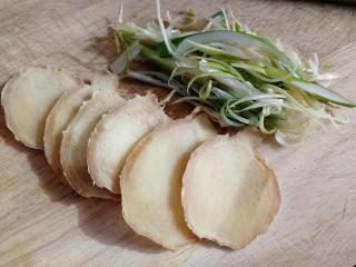 盐焗鸡翅,切些姜片,葱丝。