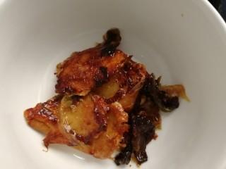 盐焗鸡翅,挑出葱和姜片。