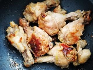 盐焗鸡翅,把鸡翅根翻面。