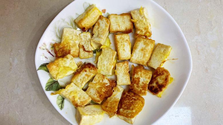 西红柿炒豆腐,煎好的豆腐起锅备用。
