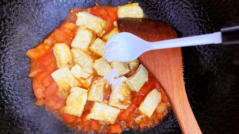 西红柿炒豆腐,放入适量的盐。
