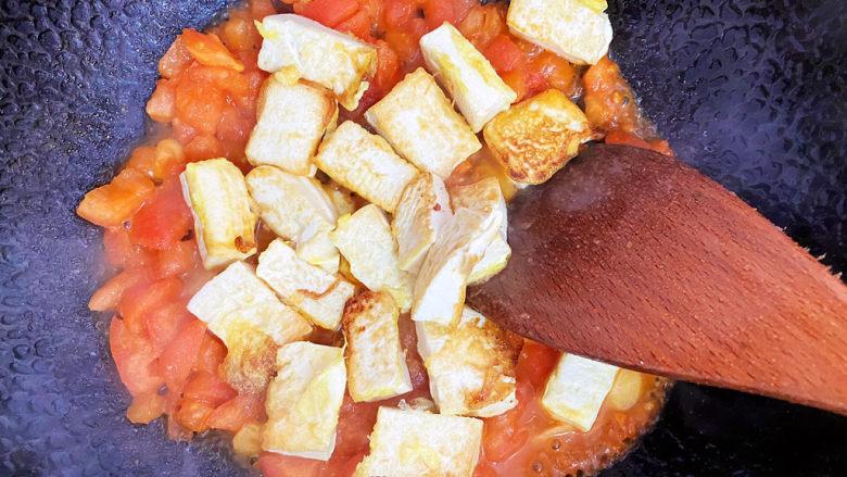 西红柿炒豆腐,接着倒入豆腐,最好不用锅铲翻炒哦,轻轻颠锅就可以了。