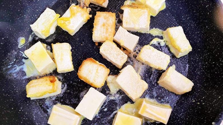 西红柿炒豆腐,平底锅倒油,将豆腐煎至两面金黄。