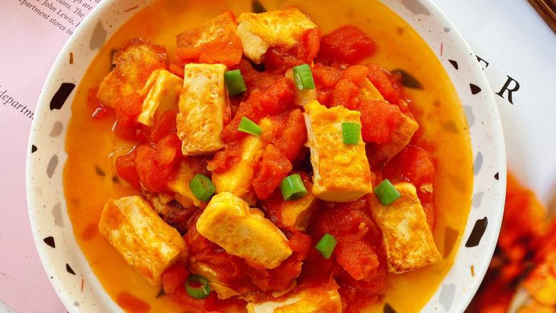 西红柿炒豆腐,出锅撒上葱花。