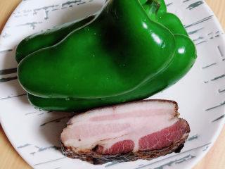 杏鲍菇炒腊肉,准备好腊肉、青椒。