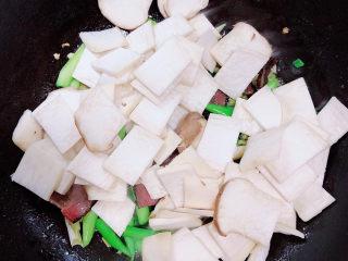 杏鲍菇炒腊肉,放入杏鲍菇翻炒均匀。