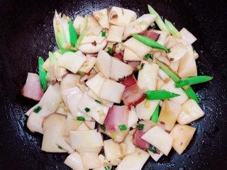 杏鲍菇炒腊肉,将杏鲍菇中的水炒掉。