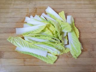 水煮肥牛,娃娃菜洗干净,用刀随意切一下。