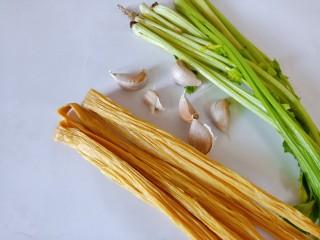 腐竹拌芹菜,准备食材。