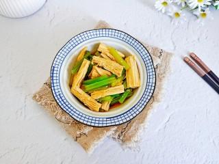 腐竹拌芹菜,把腐竹,芹菜放碗里,倒入料汁拌均匀。
