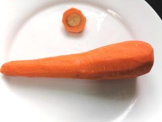胡萝卜鸡蛋饼,将胡萝卜去皮,顶部切掉