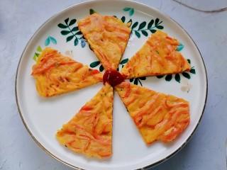 胡萝卜鸡蛋饼,切块装盘,吃的时候配上番茄酱特别美味。