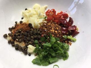 香辣藕片,调料碗:1勺花椒,1勺葱花,一勺辣椒粉,辣椒段,小米椒,大蒜末