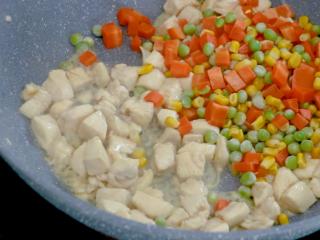 翠竹报春,加入焯水后的玉米粒、豌豆粒、胡萝卜粒翻炒出香味,撒一点盐