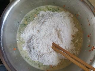 胡萝卜鸡蛋饼,分次加入面粉,搅拌均匀