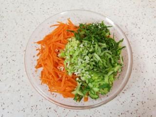胡萝卜鸡蛋饼,将胡萝卜丝、青菜丝和葱花一起放入盆里。