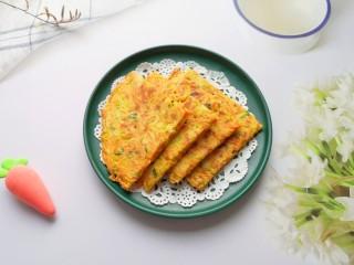 胡萝卜鸡蛋饼,金灿灿的胡萝卜鸡蛋饼。